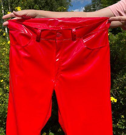 Punaiset pvc-housut, farkkumalli